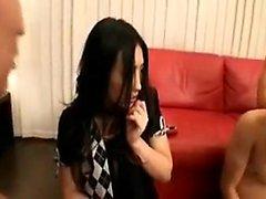 Schlankes japanisches Küken in Strumpfhose hat zwei Jungen, die er erfüllen