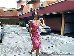 Insatiable brunette Transsexuelle Milena schlürfte eine dicke Penis auf