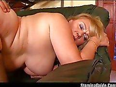 Hårig big tit blondin tar en bultande