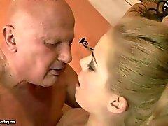 Alte Dude seinen Arsch durch seinen Teenager- Geliebten abgeleckt