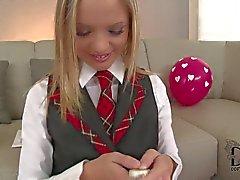 Blondine Schülerin in der Uniform Vanda poliert ihrer Möse