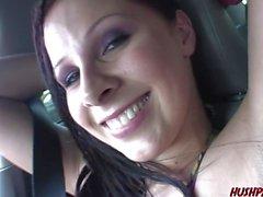 Busty Gianna Michaels suger kuk i en skåpbil sedan knullad