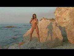 Nackt in der Nähe des Meer
