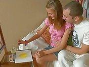 Adolescente novas que fazem Artesanato Obtém bichano lambido