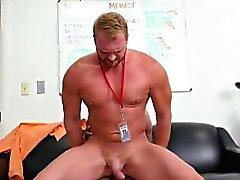 Los hombres heterosexuales Tomando pipi gay primer día de trabajo