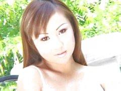 Menina asiática bonito que recebe sua primeiro grande de Dick