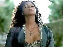 Brigands 1990 - Mônica Monica Bellucci & sob a vestido de
