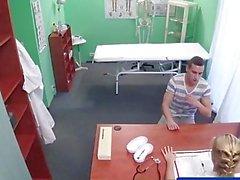 FakeHospital Stud gefangen Krankenschwester, die eine Creampie geben