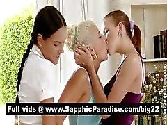 Sensuele brunette en blonde lesbiennes kissinga en krijgen naakt in een drie manier lesbische orgie