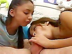 twee tiener latinas in pijama zuigen een lul