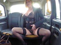 Taxi faux mésanges sexy MILF en lingerie noire