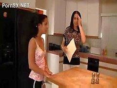I due delle lesbiche vanno in cucina per servono un po 'di wet pussy