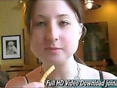 Adolescentes pechugón Veronika tienta con su regazo regordete