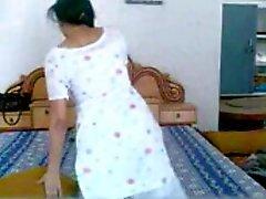 Punjabi Bebê tiras e masturba enquanto no telefone