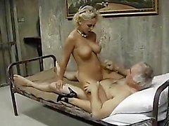 Alte Armeemann nimmt Gefangene Frauen
