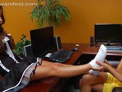 Брюнетка молодая блондинка офиса поклоняется ее сексуальные ноги милой горничной