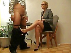 Blond lärare Footjobs elev examen
