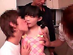 De la muchacha japonesa joven de el 147cm Obtiene anal mierda