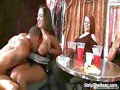 Strippers masculinos afortunados conseguir de una mamada