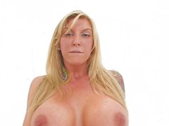 Brooke framgår upp hennes stora tuttar och tajta fitta