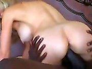 GILF portant nylons et d'une grande bite noire