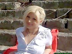 Leinwand blonde Teen sitzt auf einer Penis zu