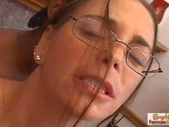 Sexy телка в бокалы deepthroats огромной тетерев