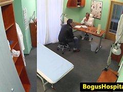 Sairaanhoitajan cocksucking potilaalta ennen Doggystyle