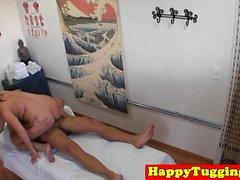 Curvy masseuse Asiatico equitazione e succhiare il cazzo