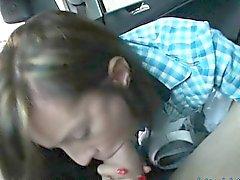 Худые Latina подростка пригвоздили путем незнакомец на заднем сиденье
