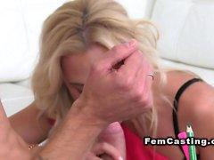 Female агент получает кончить в рот литья