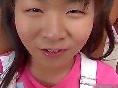 Winzige asiatisch Teen sich ihre Pussy gebumst part1