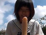 Asian Teen reitet Dildo