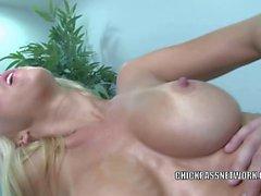 Blond brud Jessica Lynn gör att masseur pang hennes fitta