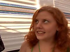 Runaway Redhead Teen Cherry Gets hennes håriga Bush körd