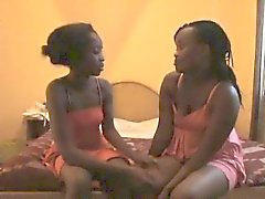 Skinny femme lesbienne noire fucking godemiché son ami pussy timide