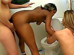 Lesbische hotties in actie in de badkamer