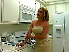 Секси блондинка транссексуал получает ее длинный толстый петух, высосанный