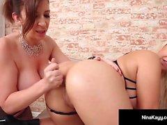 Heiße Nympho Nina Kayy auf ihrem Bubble Butt von Sara Jay Slapped!