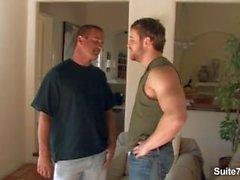 Bruder's Freund Johnny Donavan bekommt Mund und Arsch gefickt von Nash Lawler