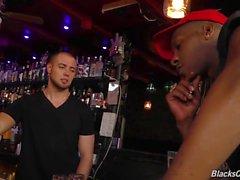 Schwarze Jungs den Barkeeper in einem Pub teilen