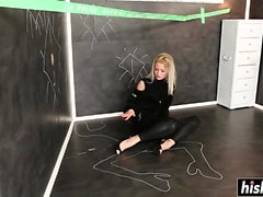 Blonde Karol Lilien a masturbé son vagin serré
