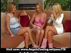 Kanepede soyunma ve öpüşme amatör inanılmaz üç sarışın lezbiyenler