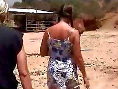 Amateur schoolmeisje neuken op de boerderij