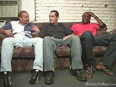 Schwarze Männer teilen einen lustigen weißen Kerl
