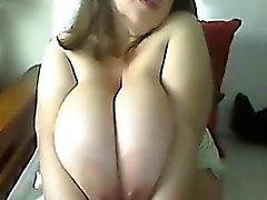 La mujer linda pechos grandes