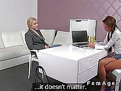 Blondes masturbates für weiblichen Agentin