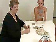 Adolescente Y Mom Acabando The Nut Del Muchacho Vecina