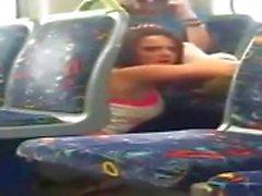 Flickan åkte på telefon cam äta hennes vän ute på tåget