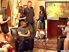 Att träffa swingers enorma orgy i Röda room inside mansion